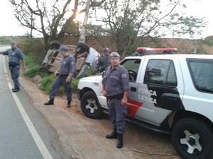 Durante fuga, criminosos capotaram o carro roubado. (Foto: Divulgação / Polícia Militar de Tatuí)