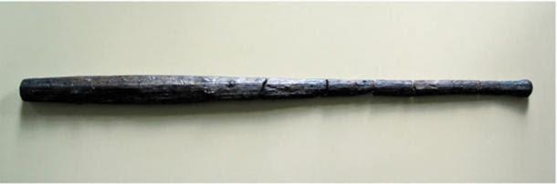 Due mazze di legno trovati al sito.