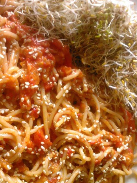 Esparguete com molho de pimento vermelho assado