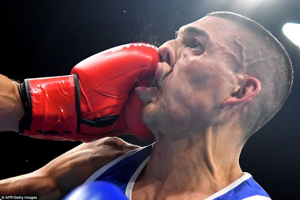 Honduras Teofimo Rivera leva um soco poderoso a partir da França Sofiane Oumiha ao rosto quando ele foi nocauteado no primeiro round de boxe de peso leve masculino