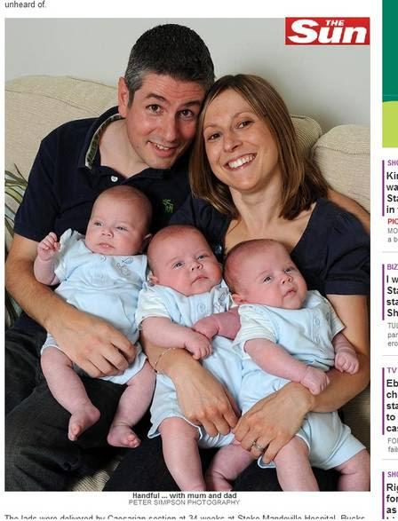 Família unida: pais seguram os trigêmeos iguaizinhos