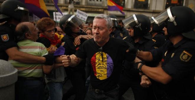 Jorge Verstrynge, detenido en una concentración a favor de la República..
