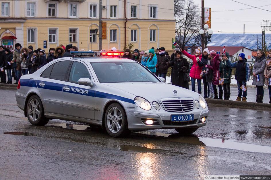Полицейский автомобиль на эстафете Олимпийского огня в Саранске