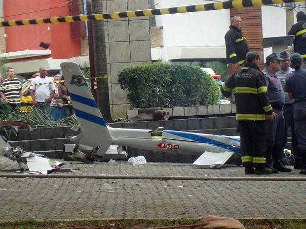 Cauda da aeronave se desprendeu da cabine onde estavam passageiros (Foto: Simone de Paulo/VC no G1)