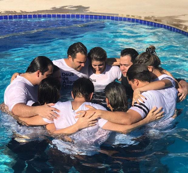 Thyane Dantas e Wesley Safadão oram com membros da igreja (Foto: Reprodução)