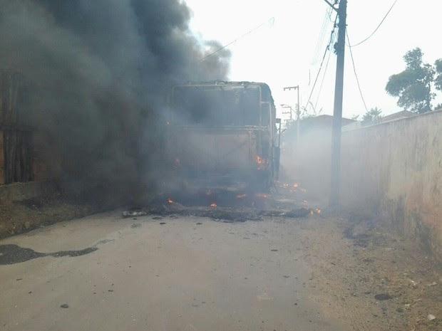 Ônibus foi incendiado no bairro Alto do Pinho (Foto: Reprodução)