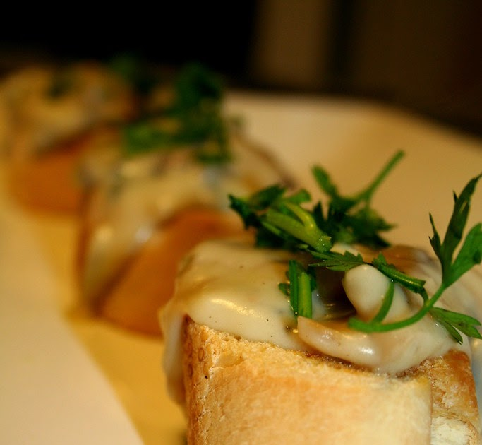 En guete bruscettas con salsa de champi ones for Cocinar champinones laminados