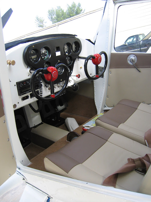 upload.wikimedia.org/wikipedia/commons/a/a9/1946_Cessna_140_Interior.JPG