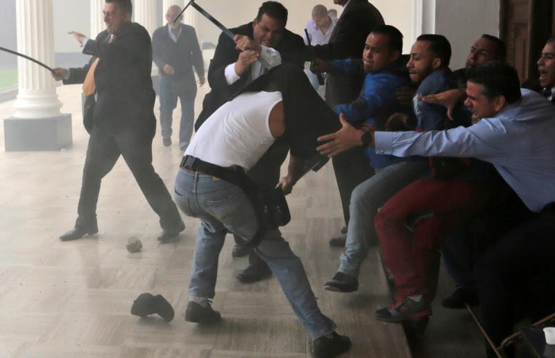 mad1_6 Παγκόσμιο σοκ: Τα τσιράκια του Μαδούρο αιματοκύλισαν τη Βουλή της Βενεζουέλας [εικόνες]