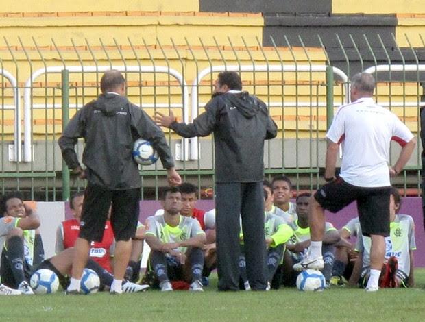 Luxa conversa com os jogadores do Fla após o treino