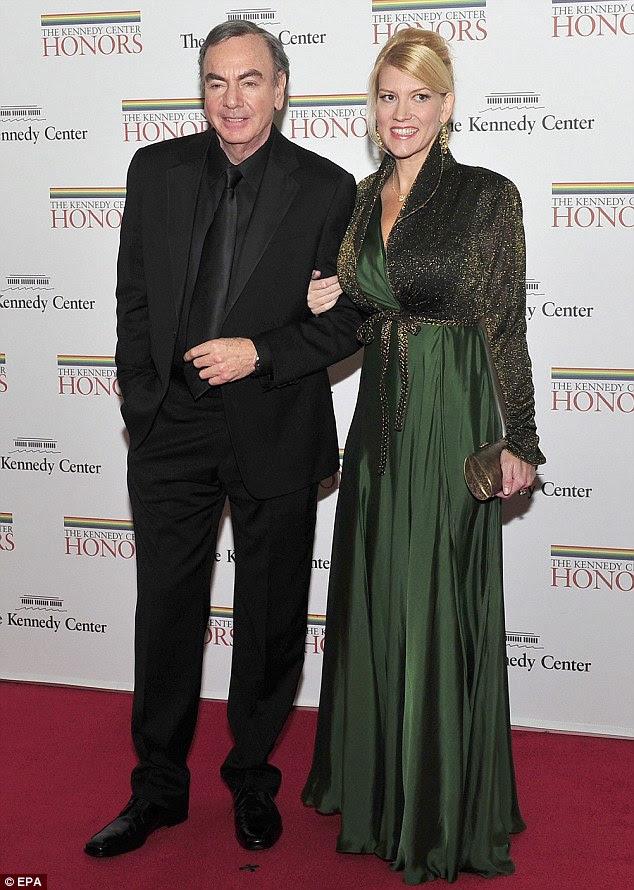 Também se envolveram: Homenageada Neil Diamond estava acompanhado de sua nova noiva Katie McNeil, que é 29 anos mais jovem que a cantora norte-americana