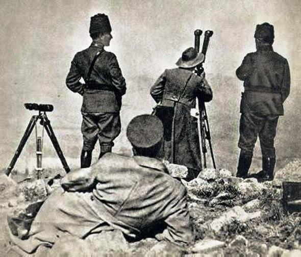 O Μουσταφά Κεμάλ το πρωί της 13ης Αυγούστου, ενώ παρακολουθεί την εξέλιξη της επίθεσης από το παρατηρητήριο στην κορυφή του Κοτσά Τεπέ