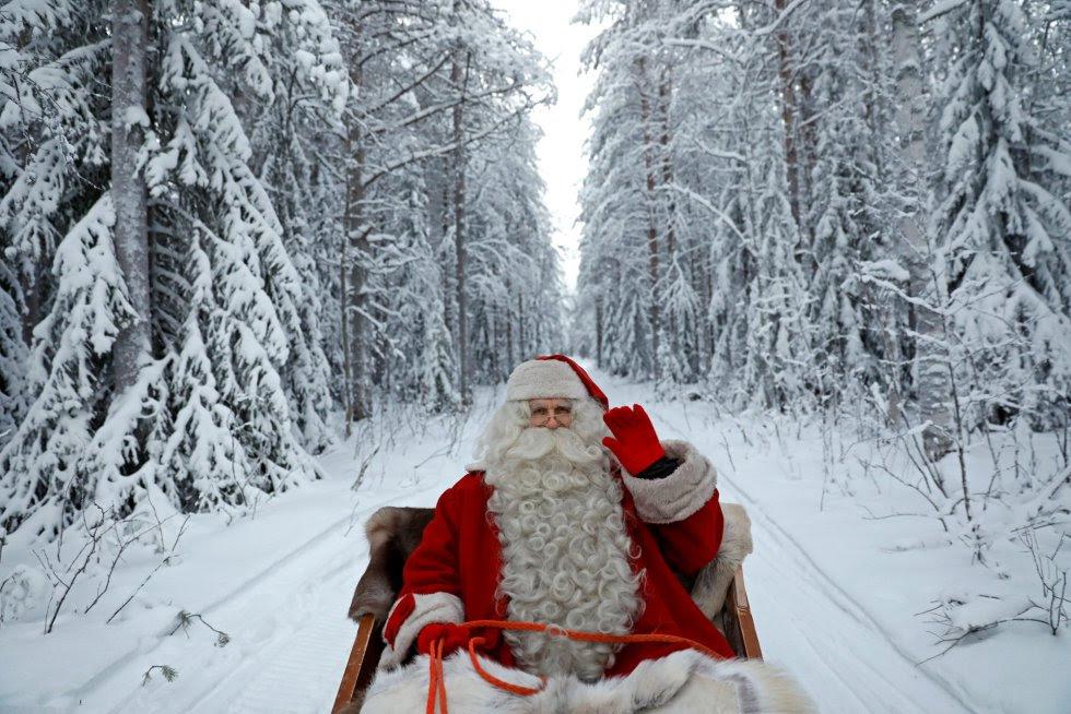 Una persona disfrazada de Papa Noel se prepara para la Navidad, cerca de Rovaniemi (Finlandia).