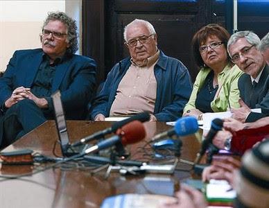 Joan Tardà (ERC) i Gaspar Llamazares (IU), amb familiars de víctimes del franquisme, ahir a Madrid.