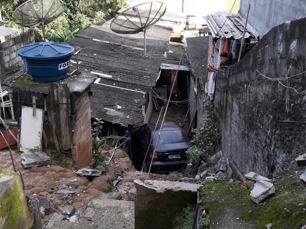 Carro cai em casa de São José dos Campos (Foto: Vera Lucia Souza/Vanguarda Repórter)