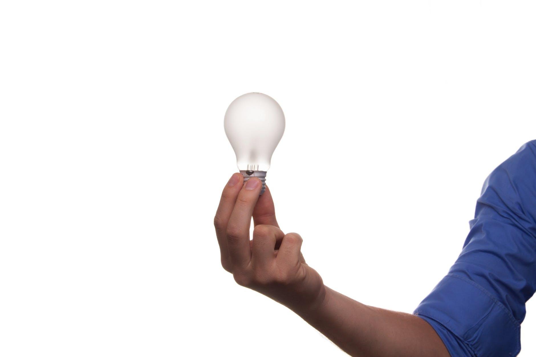 Eine Weisse Kuche Mit Einer Arbeitsplatte Aus Holz Ideen Zur Einrichtung Eines Modernen Und Asthetischen Innenraums Primagran