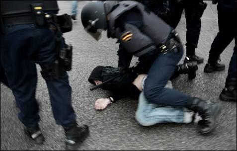 Detención de un manifestante duraOte el Asedio al Congreso del 25 de abril de 2013.