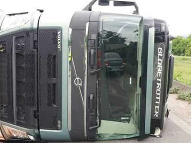 Caminhão tombou neste sábado na Cônego (Foto: G1)