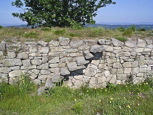 Escada e muralla feitas con cachotería no castro de San Cibrao de Las.