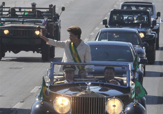 A presidente Dilma Rousseff desfila em carro aberto durante as comemorações pelo Dia da Independência, em Brasília.  (Foto: Agência Brasil)