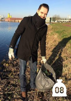trash-picking-litterommy-CC-ThomasKleyn