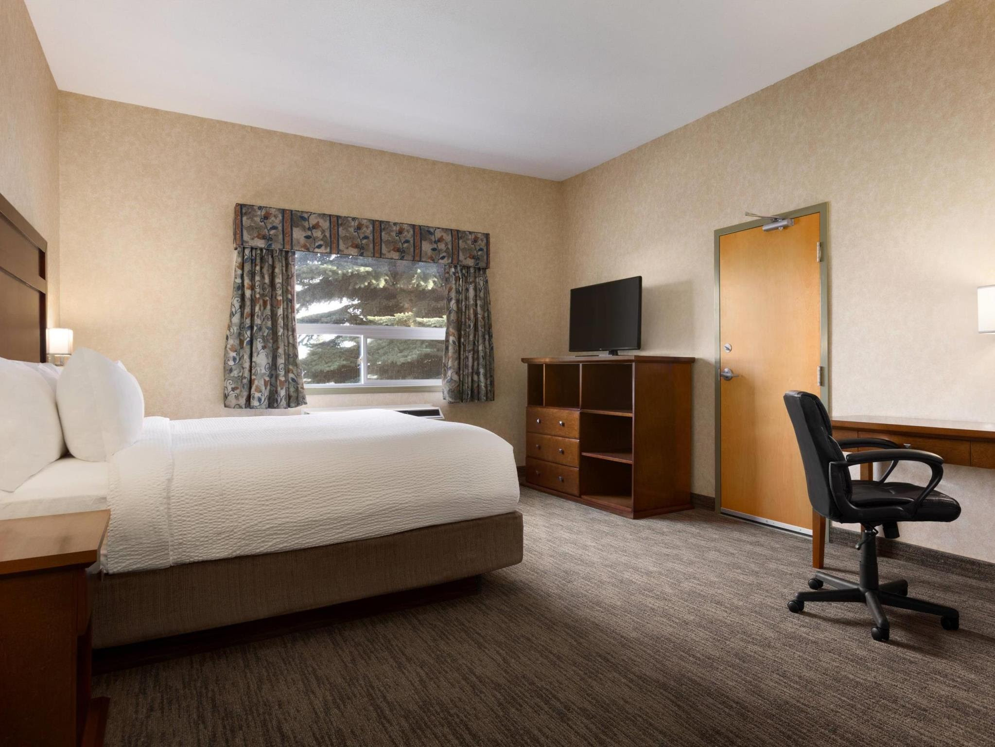 Days Inn & Suites by Wyndham Brooks Discount