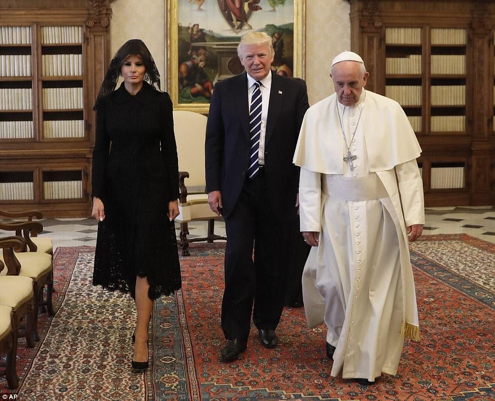 O papa Francis passou uma meia hora com o presidente Trump, e depois falou com o primeiro casal