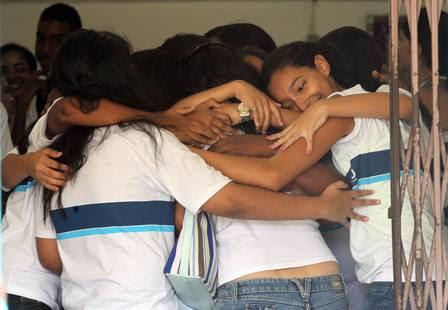 Estudantes da Escola Municipal Tasso da Silveira se abraçam.