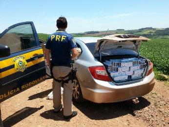 Em Céu Azul, motorista do carro fugiu a pé pela plantação de soja (Foto: PRF/ Digulgação)