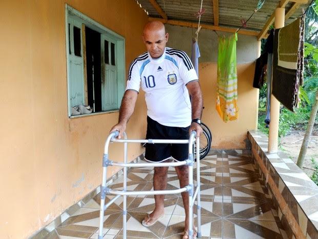 Ibernon de Souza caminha com a ajuda de um andador e se esforça para vencer a doença (Foto: Genival Moura/G1)