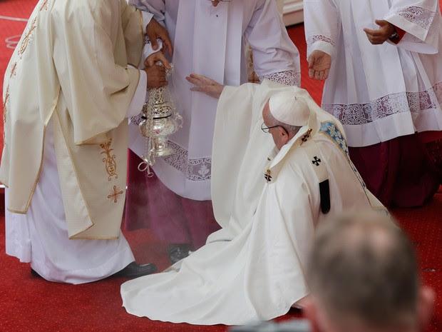 Papa Francisco caiu durante missa na Cracóvia, na Polônia, nesta quinta-feira (28)  (Foto: Gregorio Borgia/AP)