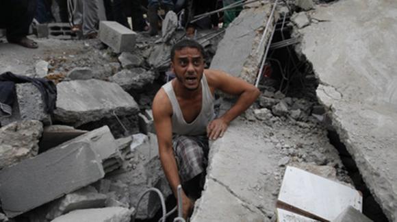 Según Maan, 30 civiles resultaron heridos en ataques contra el campo de refugiados de Bureij, donde las Fuerzas Aéreas israelíes bombardearon una mezquita y la casa de un miliciano de Hamás.  AFP / Mohammed Abed