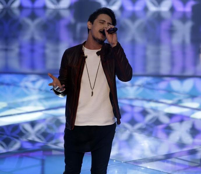 Dan Costa abriu a noite de apresentações da Semifinal do 'The Voice' (Foto: Artur Meninea/Gshow)