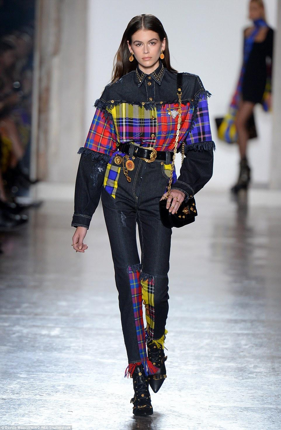 Diva do denim: Kaia Gerber estava vestida com uma camisa de denim e calças de ganga que se revitalizavam com um cheque multicolorido