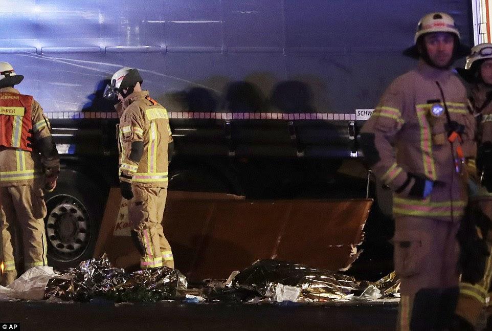 """Promotores federais, que lidam com casos de terrorismo, tomaram conta da investigação de acordo com o ministro da Justiça Heiko Maas, que disse em um tweet """"estamos de luto, com os parentes dos das vítimas"""