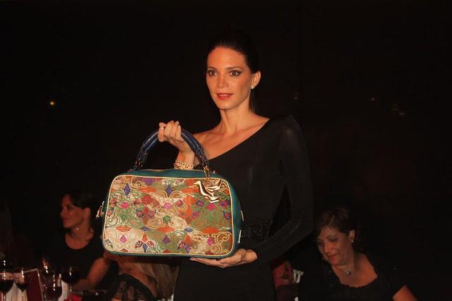 Alison Roca desfilando con un bolso