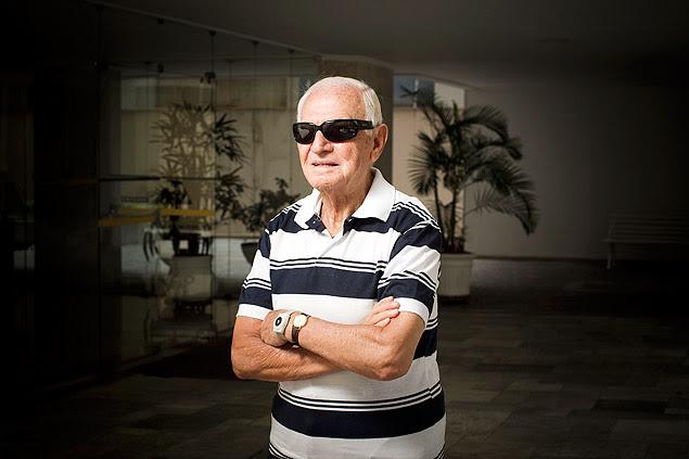 O aposentado Augusto Sonesso, 89, que vive só e utiliza serviços de uma teleassistência para idosos