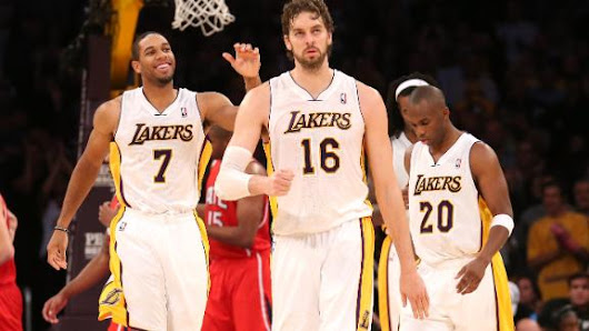 Lakers blow big lead, then sneak by Hawks