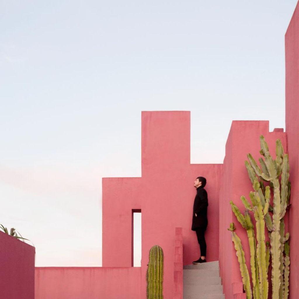 As criativas fotos de um casal que viaja o mundo brincado com a arquitetura 13