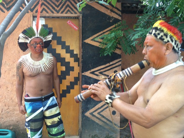 Índios se pintam para receber visita do público (Foto: Janaína Carvalho)