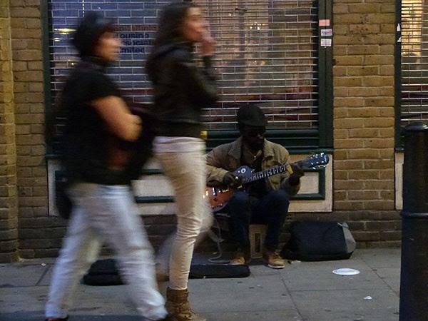 musicien et passantes
