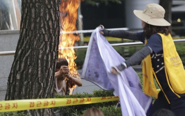 Sul-coreano colocou fogo no próprio corpo em protesto contra escravas sexuais utilizadas pelos Estados Unidos na 2ª Guerra Mundial (Foto: Lee Jin-man/ AP)