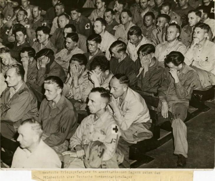 prisioneros alemanes reaccionan a imágenes de los campos de concentración