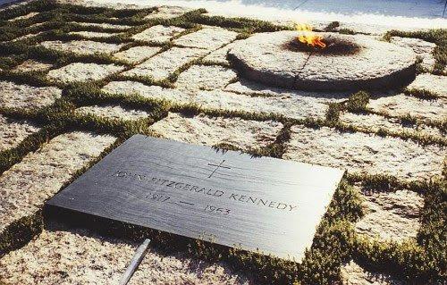 A lápide de JFK é colocado ao lado do Eternal Flame - símbolo da elite oculta e sua tocha de iluminação.