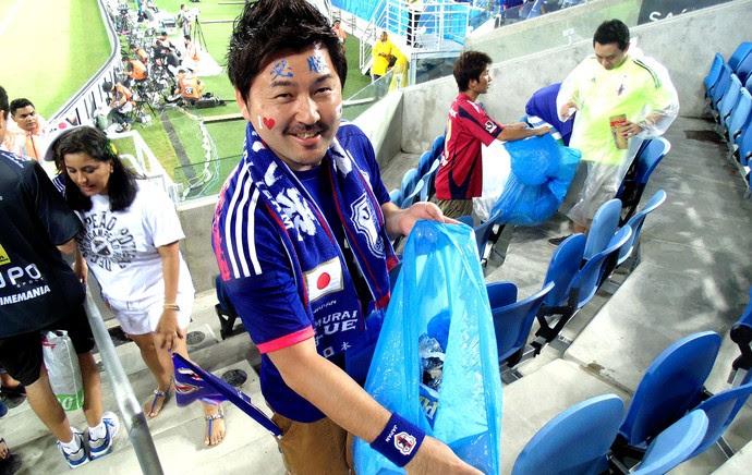 torcida japoneses recolhendo lixo após jogo (Foto: Chandy Teixeira)
