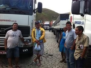 Caminhoneiros parados na Dutra, no Rio de Janeiro (Foto: Janaína Carvalho/G1)