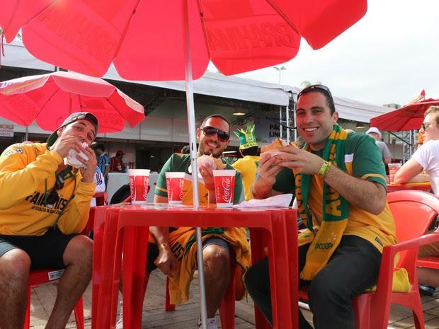 Australianos comendo Entrevero na Fan Fest em Porto Alegre (Foto: Luiza Carneiro/G1)