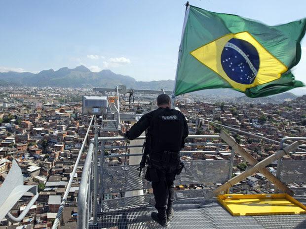 Bandeira do Brasil é hasteada no alto do Complexo do Alemão, no Rio de Janeiro, em 28 de novembro, após ofensiva policial e militar