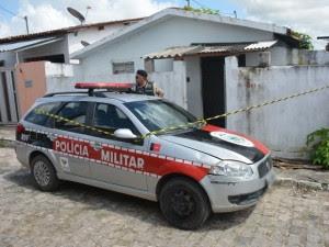 Corpo da vítima estava no chão da casa, na comunidade Gauchinha, em João Pessoa (Foto: Walter Paparazzo)