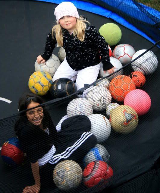 Kalyani og Frida på trampolina